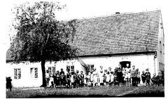 Rok 1956 Pani Jadwiga Śliwinska-dyrektor przedszkola wśród wychowanków.