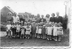 Grupa przedszkolna z roku 1954 wraz z rodzicami