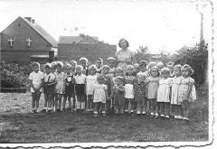 Grupa przedszkolna z roku 1954 wraz z wychowawczynią