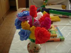 kwiaty zrobione przez dziewczyny na zajęciach plastycznych